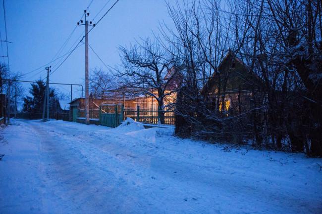 Eine schneebedeckte Straße zur blauen Stunde