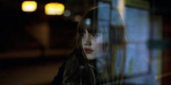 Portrait einer jungen Frau bei Nacht