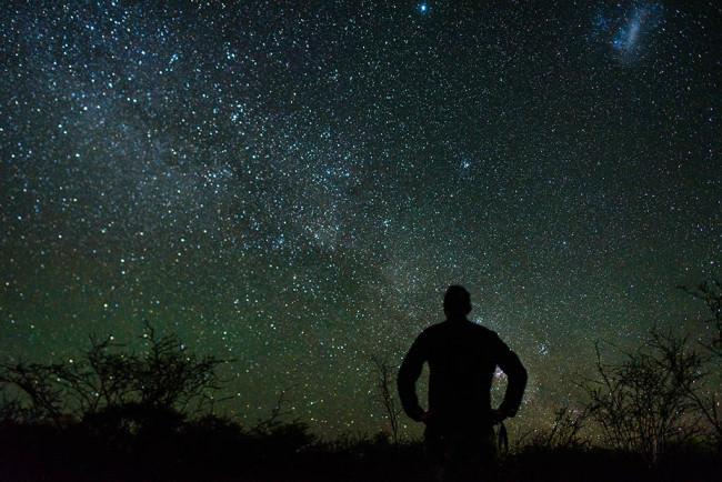 Eine Person vor einem Sternenhimmel