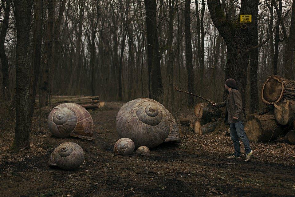 Ein Junge hütet eine Horde überdimensional große Weinbergschnecken.