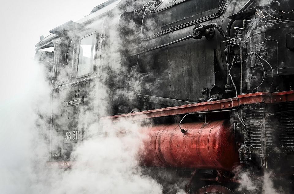 Eine Lok steht im Dampf.