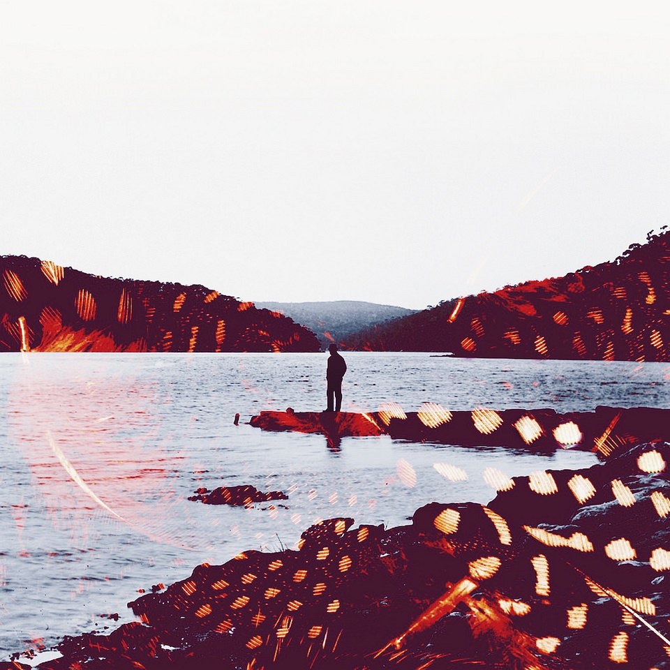 Eine Person steht auf einer Landzunge, die Szene wird von roten Strukturen überlagert.