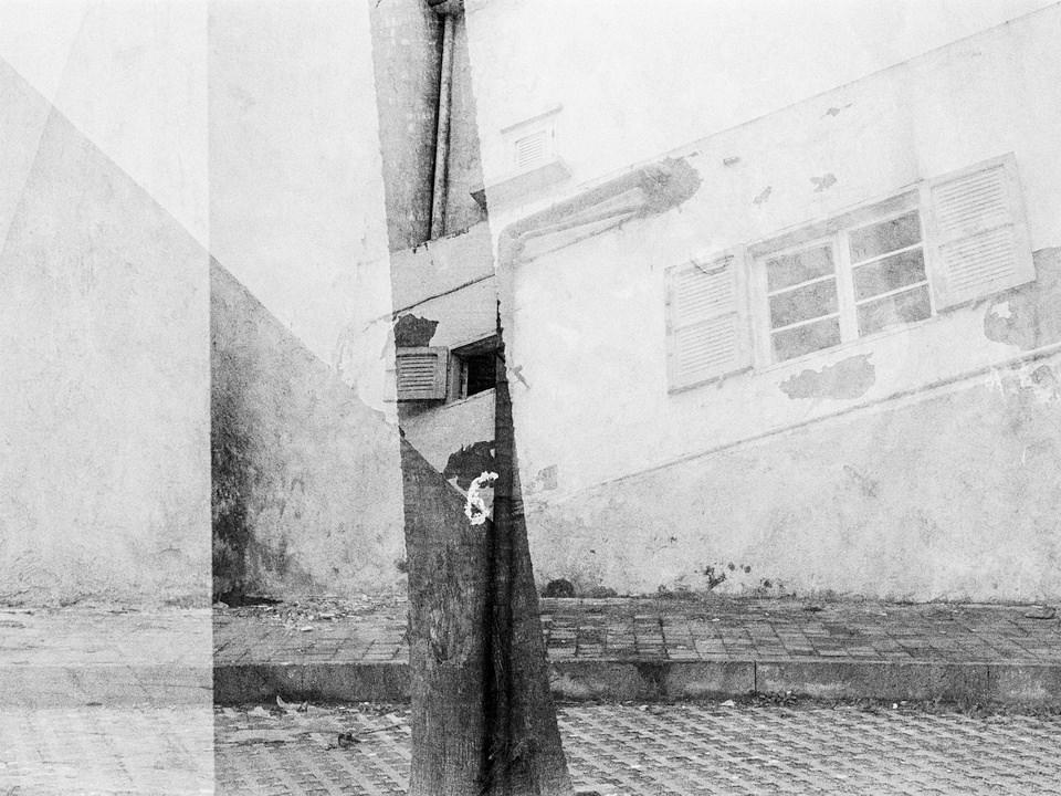 Doppelbelichtung von Gebäuden in schwarzweiß.