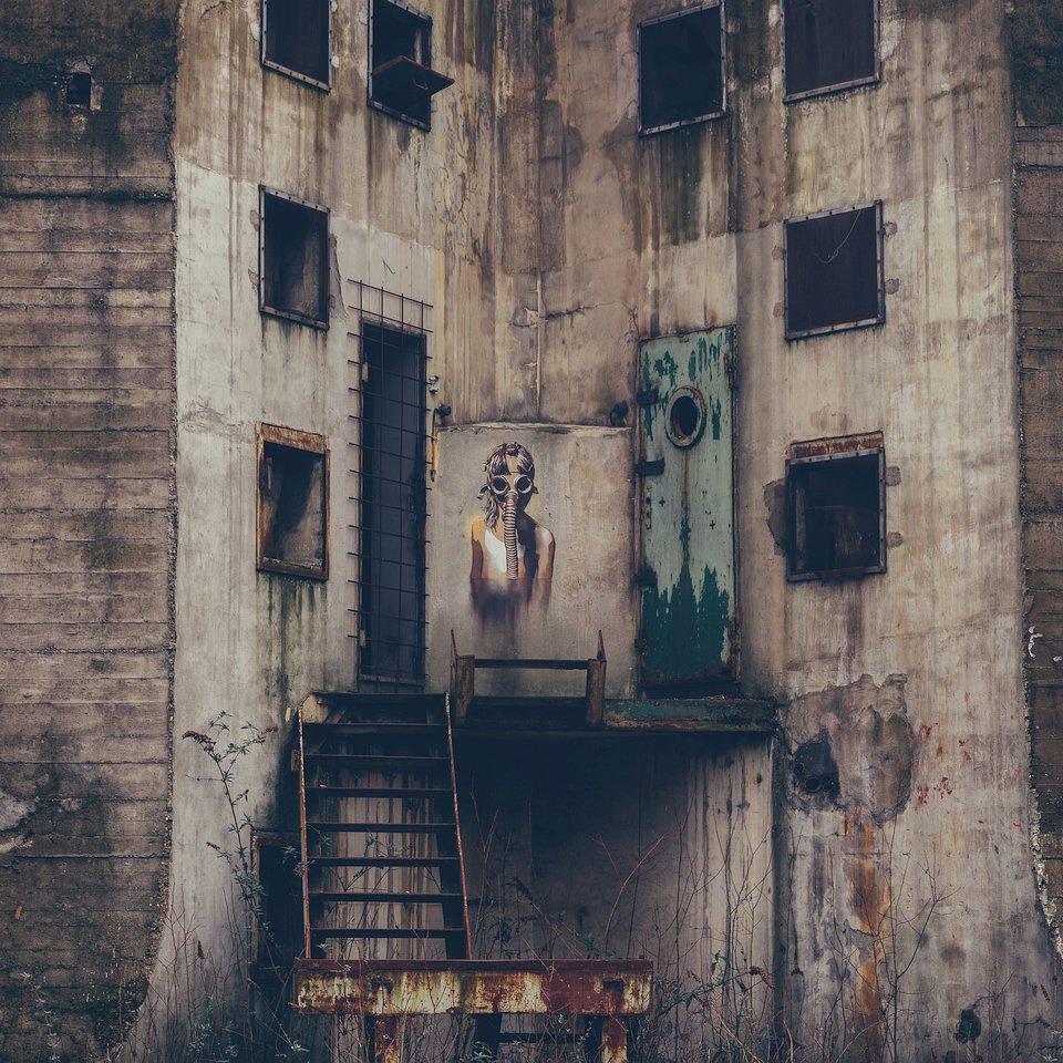 Graffiti an einem verlassenen Gebäude.