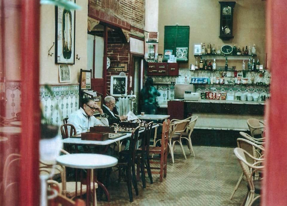 Leute sitzen in einem Café.