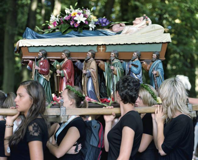 Frauen tragen einen Altar mit Madonna