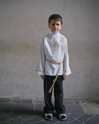 Ein Junge mit einem weißen Hemd