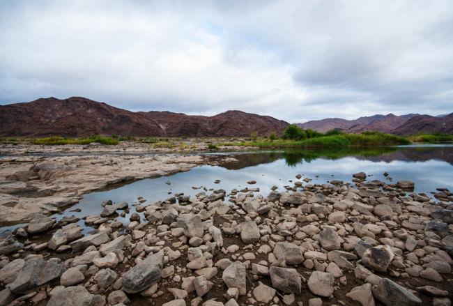 Ein steiniges Flussufer