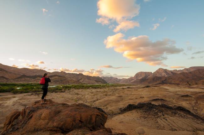 Eine Wanderin auf einem Felsen