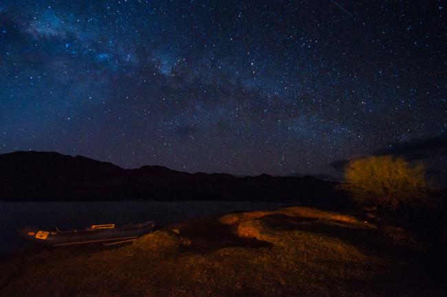 Ein Fluss in der Nacht