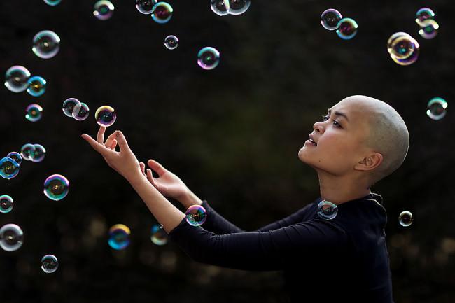 Ein Mädchen mit Seifenblasen