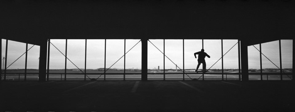 Skater vor Fenstern.