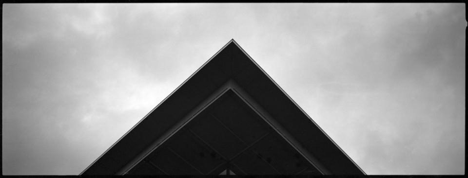 Ecke eines Daches vor dem Himmel.