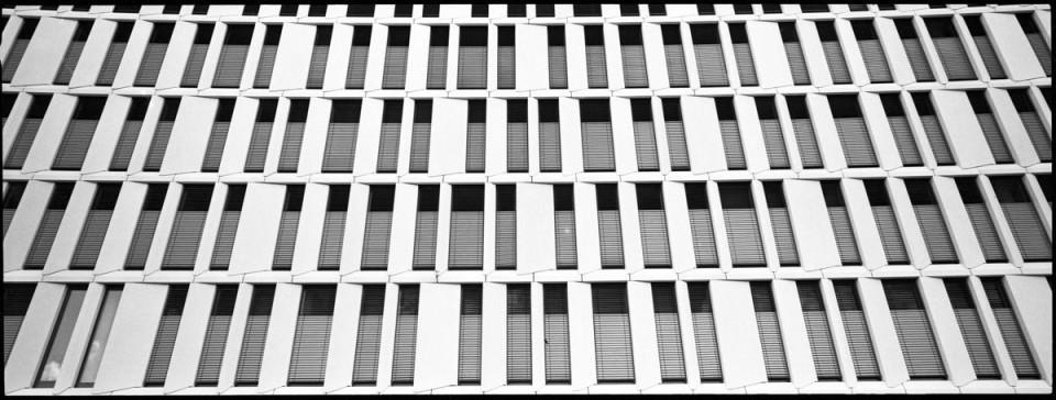 Fensterfront eines Bürogebäudes.