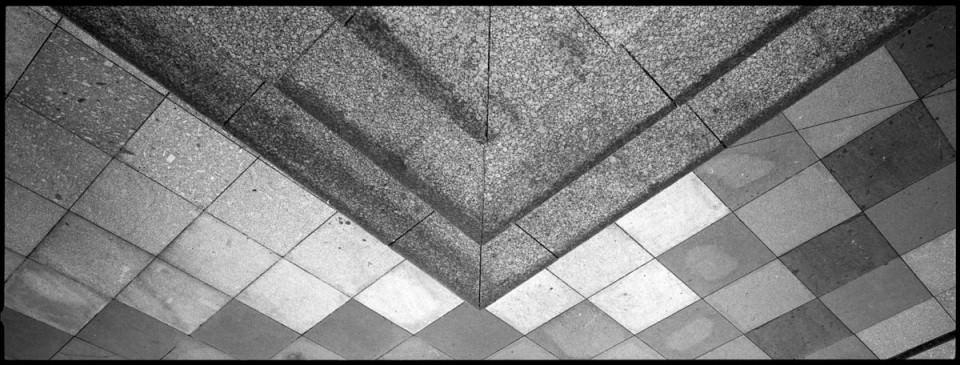 Gehwegplatten an einer Ecke.
