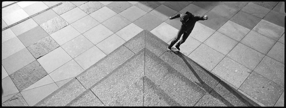 Skater an zu einer Ecke angeordneten Treppenstufen.