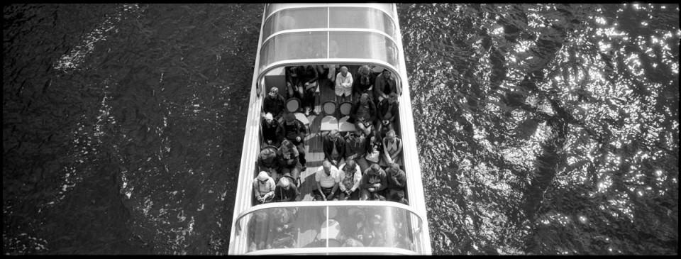 Touristenboot auf dem Wasser.
