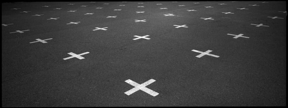 Kreuzmarkierungen auf Asphalt.