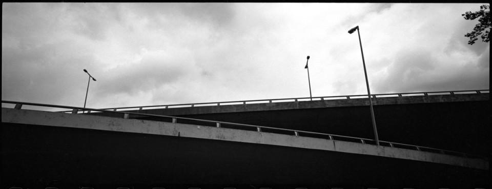 Betonbrücke vor dem Himmel.