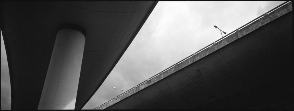 Betonbrücken vor dem Himmel.