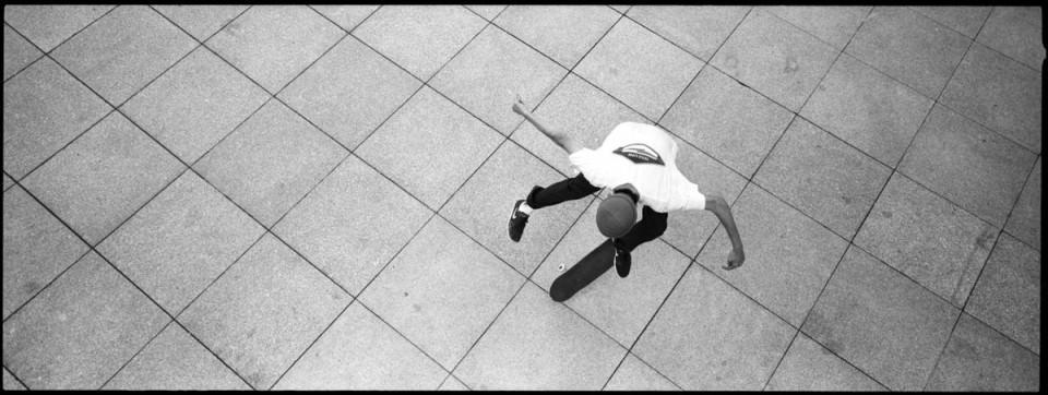 Skater auf einer Ebene aus Betonplatten.