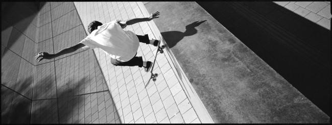 Skater springt an einer Wand hoch.