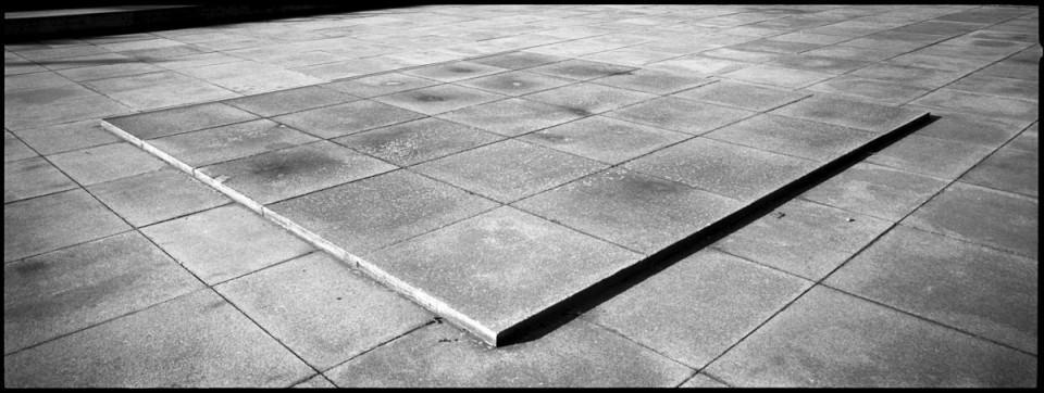 Mit Betonplatten gestalteter Platz.