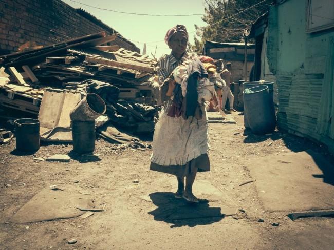 Eine Frau trägt Wäsche.