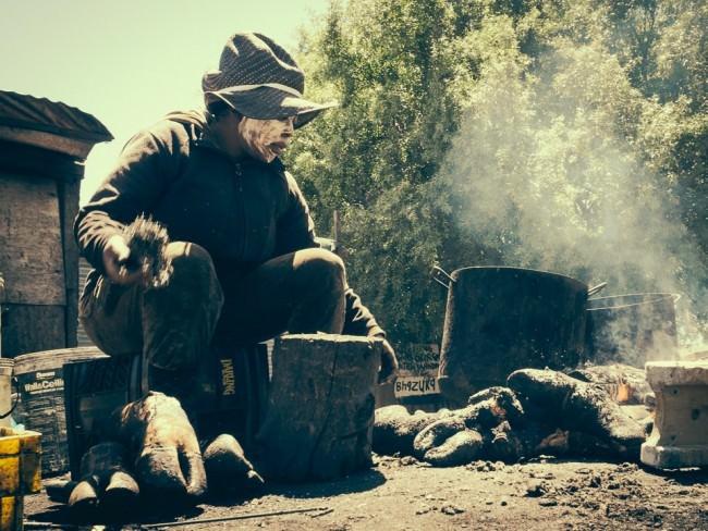 Ein Mann verbrennt Tierhufe.