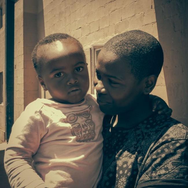 Ein Kind auf dem Arm einer Frau.