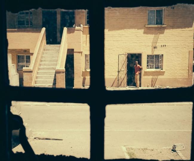 Blick auf die Straße durch ein Fensterkreuz.