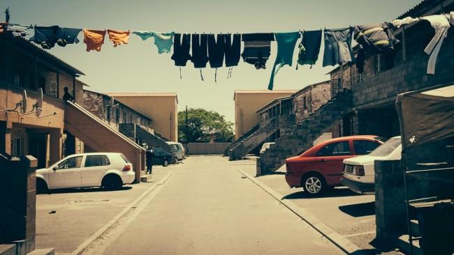 Über eine Straße ist eine Wäscheleine mit Kleidung gespannt.