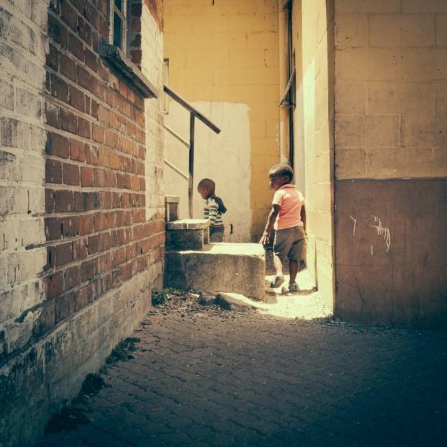 Zwei Kinder in einer Gasse.