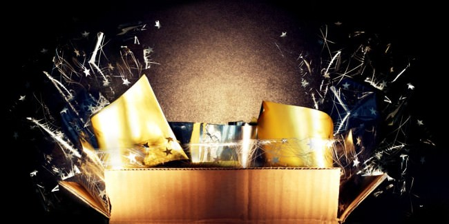 Aus einer Kiste kommt Glitzer und Licht.