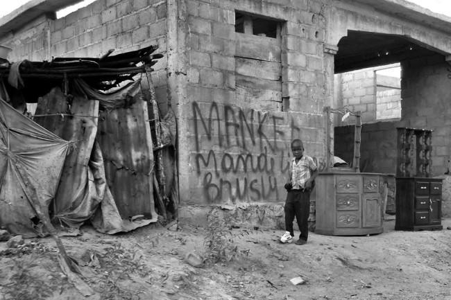 Ein Junge vor einer provisorischen Behausung.