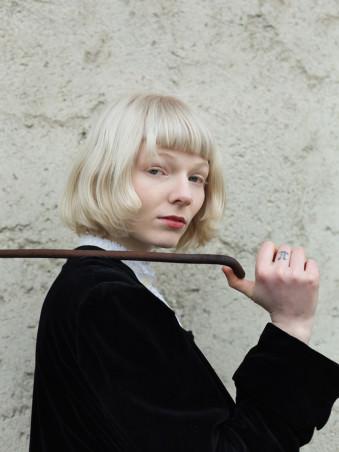 Eine Frau mit einer Eisenstange