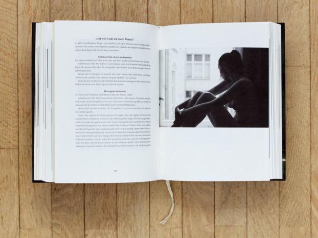 Doppelseite im Buch Leidenschaft Aktfotografie von Corwin von Kuhwede, Verlag Rheinwerk