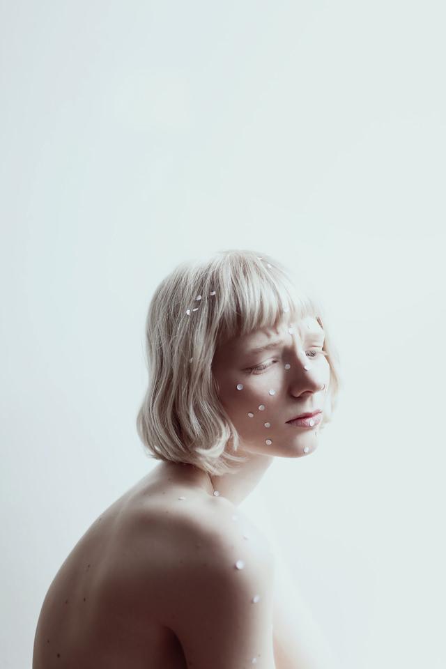 Ein Frauenportrait mit Konfetti