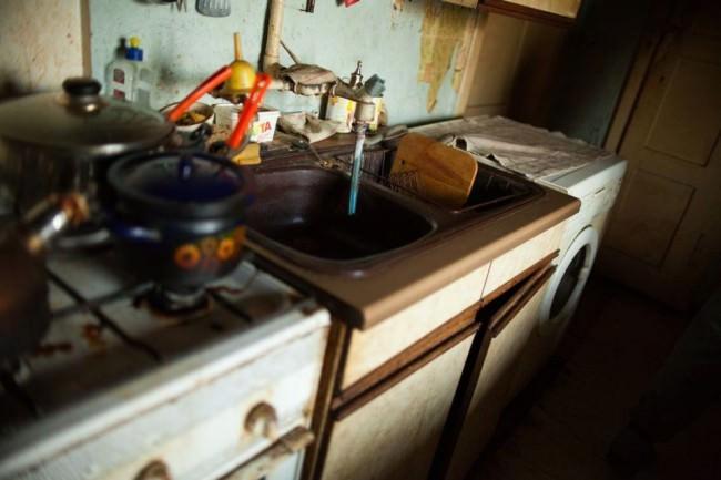 Eine verdreckte Küchenzeile.