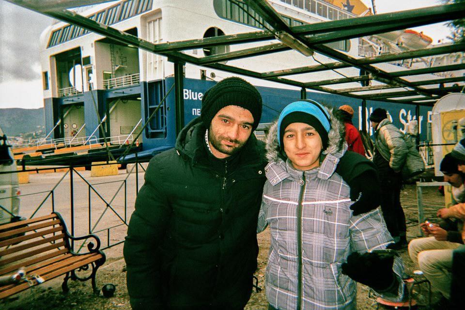 Ein Mann und ein Junge am Hafen