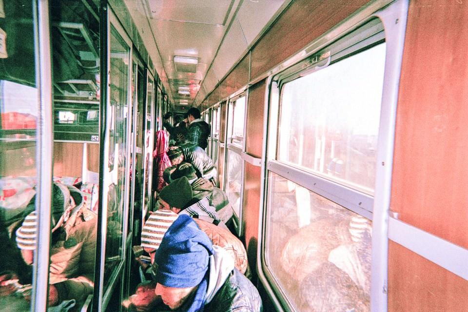 Ein überfüllter Gang im Zug