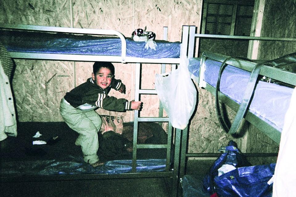 Ein kind springt auf einem Hochbett