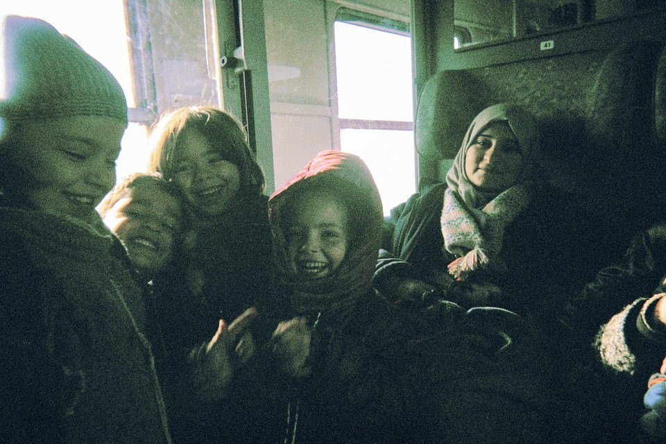Lachende Kinder im Zug