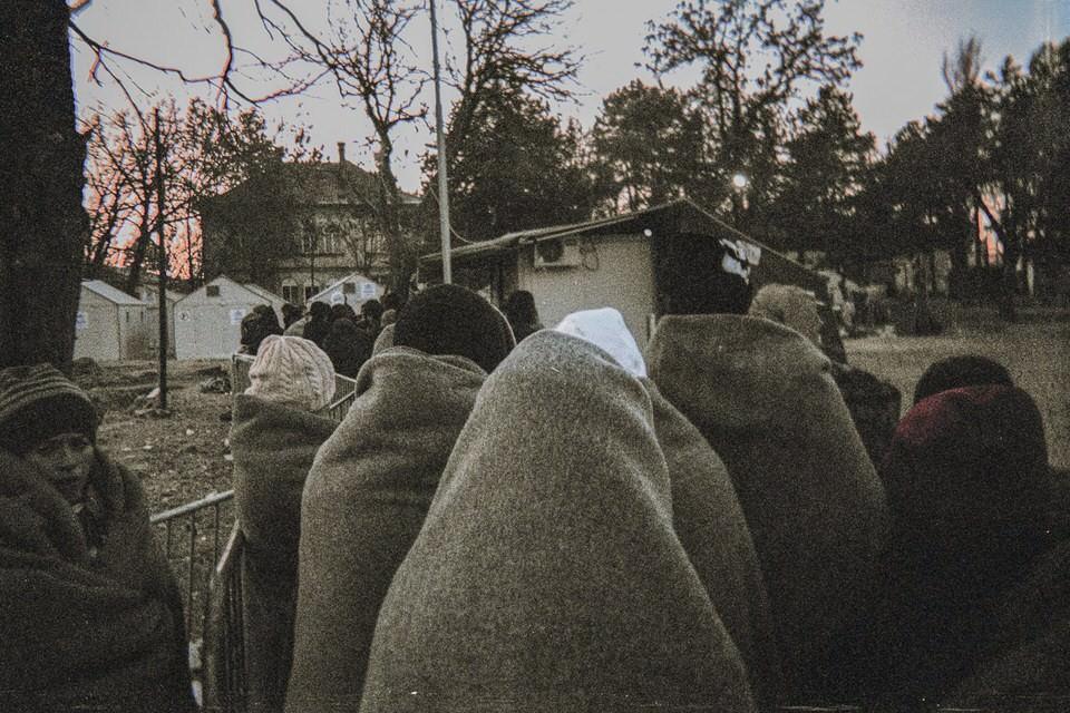 Menschen in Decken gehüllt