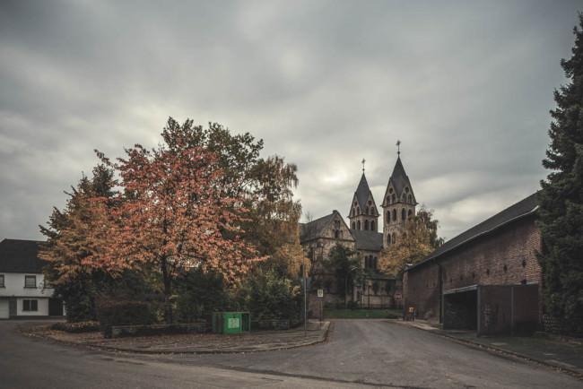 Blick auf eine alte Kirche