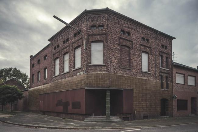 Ein Haus mit zugemauerten Fenstern