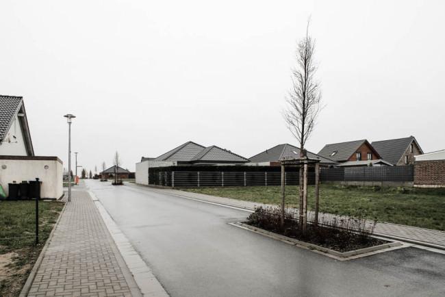 Eine Straße in einer Neubausiedlung