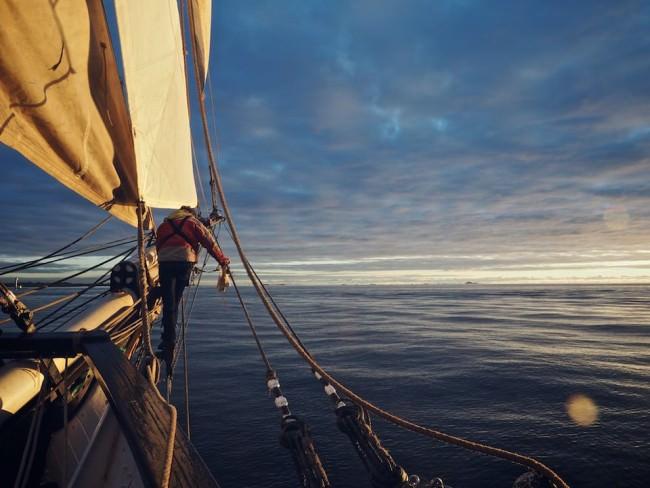 Blick von einem Schiff aufs Meer