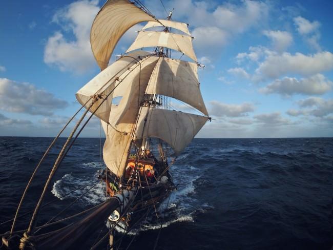Ein altes Segelschiff auf dem Meer