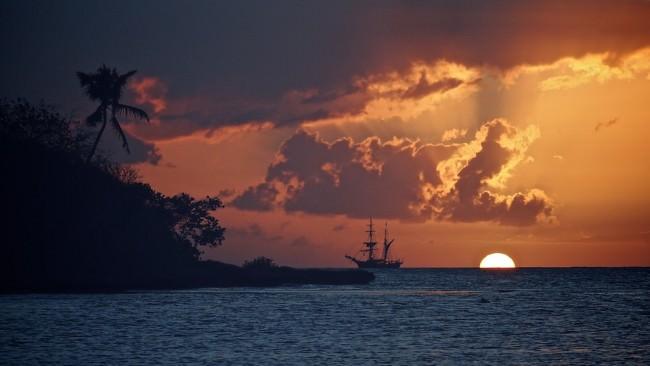 Ein Schiff auf dem Meer im Sonnenuntergang